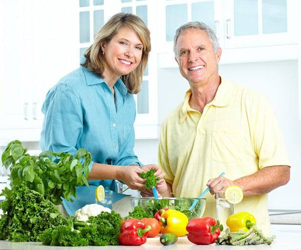 Xây dựng chế độ ăn uống khoa học và lành mạnh giúp người già tránh được tụt huyết áp