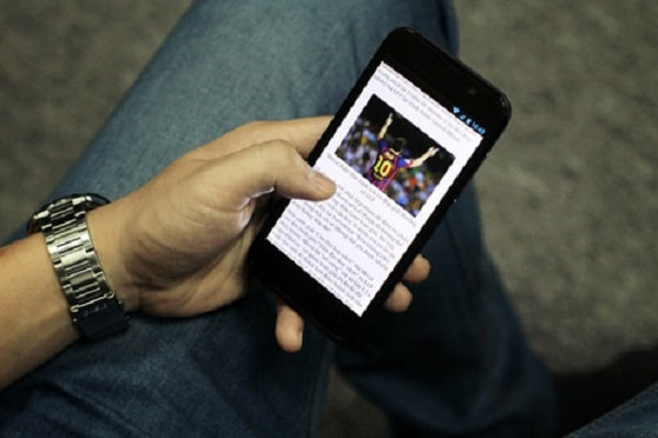 bi-benh-dau-day-than-kinh-cham-chi-vi-dung-smartphone1