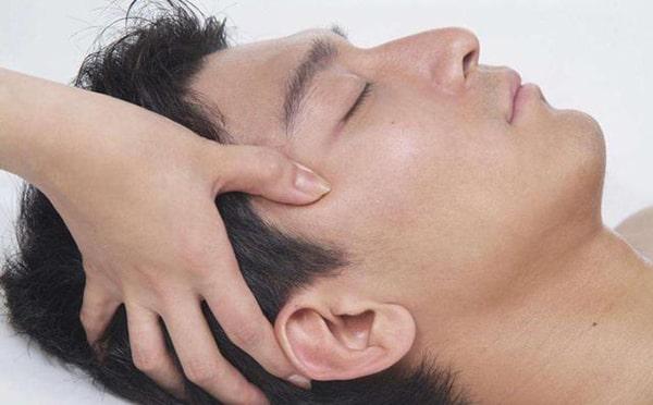Thực hiện một số động tác bấm huyệt xử lý nhanh khi có người bị tụt huyết áp