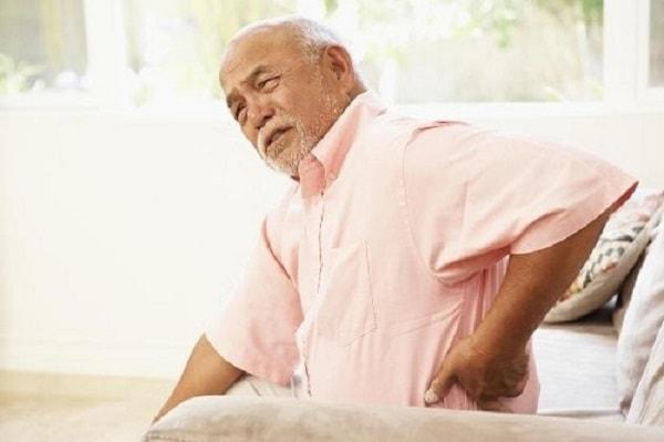 Người già dễ bị viêm họng, bị ho