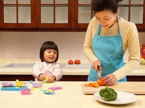 Cho bé tham gia nấu ăn cùng mẹ