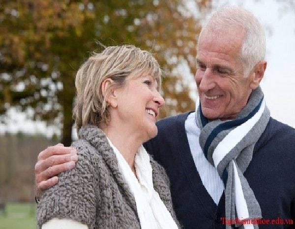 Giữ ấm cho người cao tuổi giúp họ tránh các bệnh về xương khớp, tăng huyết áp
