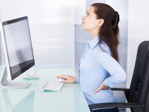 Ngồi làm việc lâu tại văn phòng là nguyên nhân gây đau dạ dày