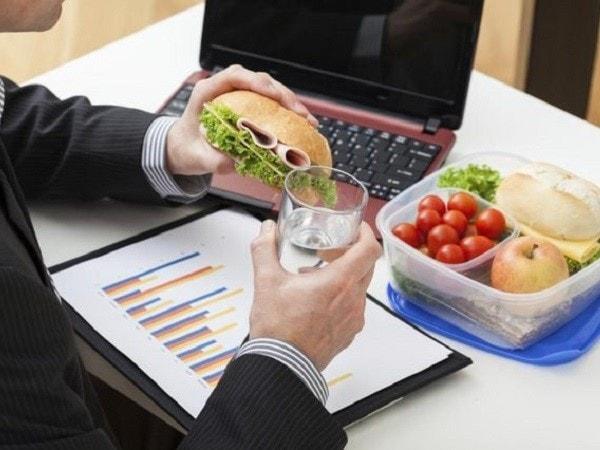 Ăn uống không tập trung ảnh hưởng đến dạ dày