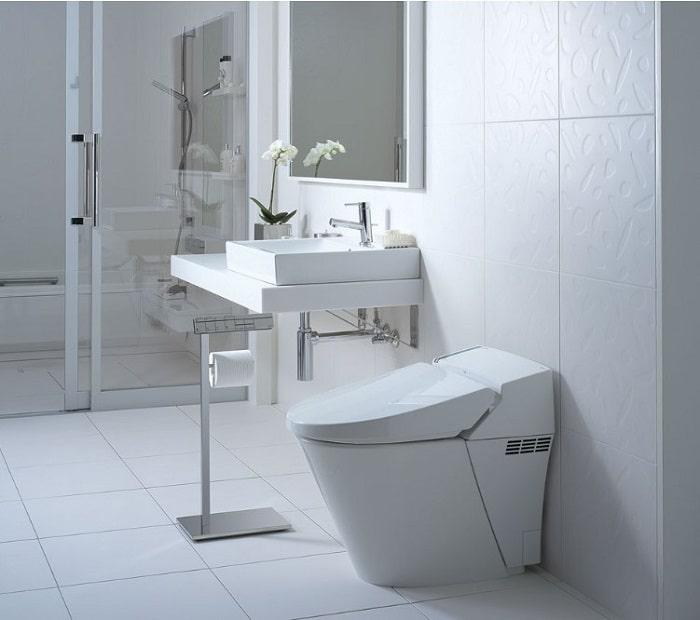 Sử dụng gam màu sáng và gương giúp phòng vệ sinh rộng hơn